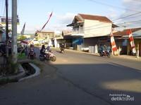 Kota Taliwang berada di Pulau Sumbawa, walaupun berukuran kecil tetapi kota ini sangat bersih dan asri