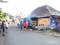 Di perempatan kota ini ada sebuah warung Ayam Taliwang yang masih tradisional dan memiliki rasa yang boleh diadu