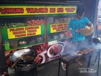Proses pembakaran Ayam Taliwang dilakukan dengan tradisional dibantu dengan kipas angin