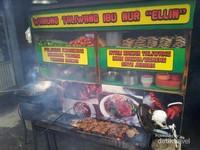 Proses pembakaran Ayam Taliwang tidak memakan waktu lama, kurang lebih 10 menit pesanan sudah dapat diantar ke meja makan
