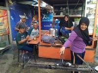 Selain Ayam Taliwang pengunjung juga dapat menikmati sop Kaki Lembu khas Pulau Sumbawa. Pulau ini benar - benar surganya pariwisata pantai dan kuliner