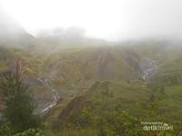 Jalur menuju Danau Tanralili yang didominasi bukit