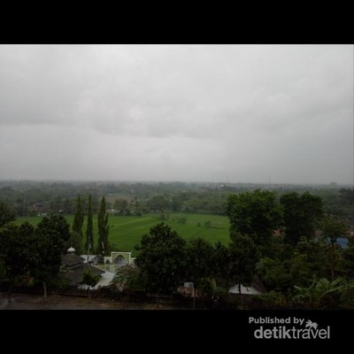 Diguyur Hujan di Candi Ratu Boko
