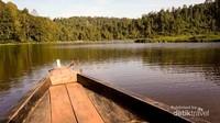 Menyusuri danau naik perahu