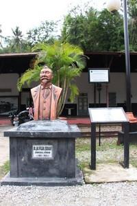 Patung Ir Ijzerman di depan museum