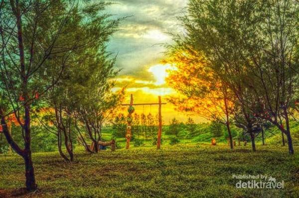 Senja dari Taman Payung yang ada di Pantai Jetis