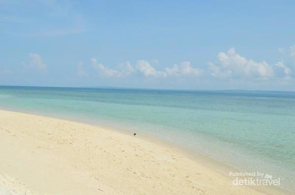 Pasir putih dan laut biru