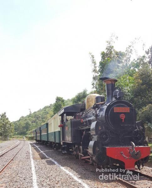Kereta kayu yang ditarik lokomotif uap