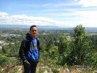 Saya berfoto di puncak bukit