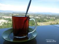 Menikmati keindahan alam ditemani segelas teh