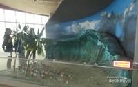 Replika saat gelombang tsunami datang dan menelan korban