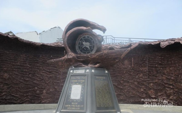 Jam yang menunjukkan waktu terjadinya tsunami
