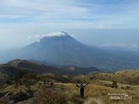 Savana Hijau dengan latar belakang Gunung Merapi