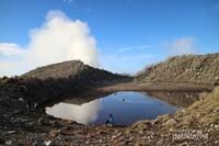 Danau kecil di Puncak Sindoro, jernih dan menenangkan