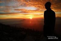 Langit keemasan saat matahari terbit