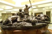 Patung perjuangan arek suroboyo yang berada di Museum Tugu Pahlawan