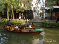 Wisatawan bisa berkeliling naik perahu