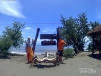 Berpose di Pantai Bangsring sebelum ke rumah apung