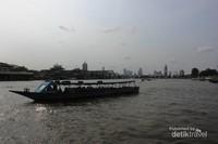 Sebuah kapal wisata melintas di atas Sungai Chao Phraya