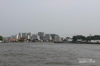 Salah satu sudut Bangkok dengan gedung yang diselingi pagoda