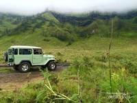 Mobil jeep yang kami tumpangi sedang parkir di bukit Teletubbies.