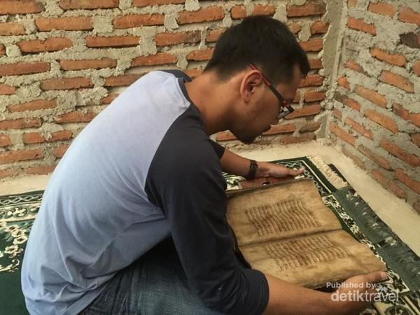 Pengunjung pun diperbolehkan untuk memegang dan membacanya