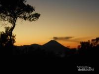 Merah merona matahari terbit dengan pemandangan Puncak Mahameru dari kejauhan