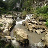 Kontur sekitar sungai di air terjun Tanggedu
