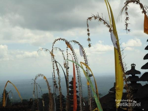 Pura Besakih merupakan komplek 23 pura berada di Desa Besakih di lereng Gunung Agung di Bali bagian timur. Merupakan pura terpenting,terbesar di antara serangkaian pura di Bali. Letusan Gunung Agung pada tahun 1963 yang menewaskan 1700 orang tapi tidak melukai pura, diartikan bahwa para Dewa telah menunjukan kekuatannya dengan tidak mengenai pura