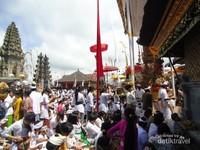 Upacara Batara Turun Kabeh adalah salah satu upacara besar di Pura Besakih. Upacara besar lainnya seperti Panca Wali Krama dan Tawur Agung Eka Dasa Ludra yang dilaksanakan setiap 100 tahun sekali