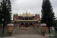 Lamasary. Merupakan bangunan peribadatan para penganut ajaran Lamaism. Lamaism sendiri merupakan cabang dari ajaran Budhism yang kebanyakan dianut oleh orang-orang Tibet dan Mongol. Lamaism merupakan kombinasi antara agama Budha dan kepercayaan lokal. Selain untuk tempat peribadatan, Lamasery merupakan tempat untuk menyimpan peralatan musik, patung, lukisan dan juga sebagi perpustakaan.