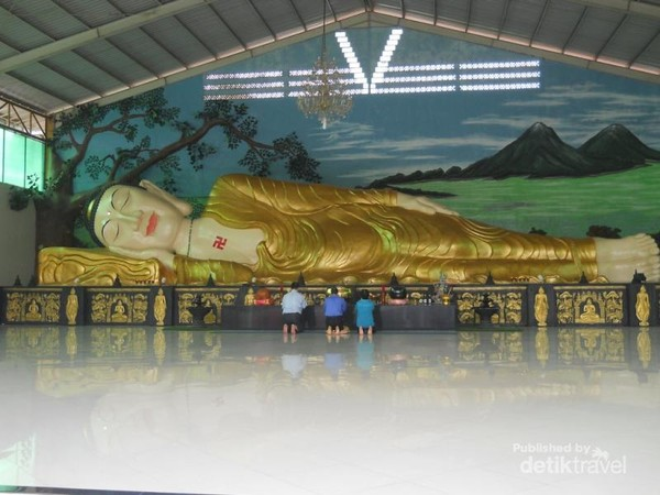 Patung Buddha tidur di vihara Bufdha Dharma