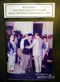Saat menerima penghargaan dari Presiden Soeharto (waktu itu)