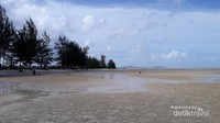 Saat air laut surut, beginilah suasana di Pantai Pukan.