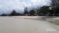 Sisi selatan Pantai Pukan dengan pondok-pondok yang berjejer
