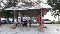 Salah satu pondok di tepi Pantai Pukan.