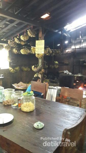 Suasana dapur dengan jajaran pisang yang siap digoreng