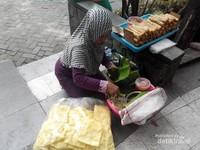 Salah satu penjual pecel semanggi di Taman Bungkul