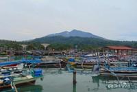 Pantai Boom dengan latar belakang pesona Gunung Rajabasa