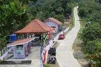 Tempat parkir, tempat beristirahat, toilet, dan musala juga tersedia di tempat ini