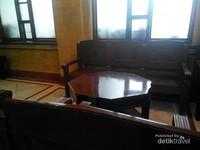 Meja dan kursi dari kayu jati