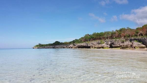 Tebing di Pantai Bara yang menambah kecantikan pantai ini