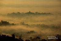 Borobudur nampak seperti kerajaan Negeri dongeng Dari kejauhan