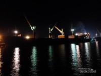 Kapal sandar di Pelabuhan Tanjung Intan Cilacap