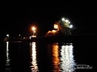 Aktivitas pertambangan di malam hari di Pulau Nusakambangan