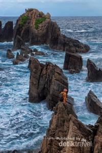 Harus tetap hati-hati saat menuju batu-batu karang ini, jangan sampai terbawa ombak atau terjatuh