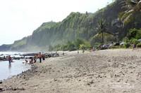 Area pantai berpasir kehitaman