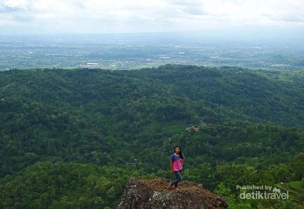 Foto seru di pinggir jurang berlatarbelakang sekitar Kota Yogyakarta