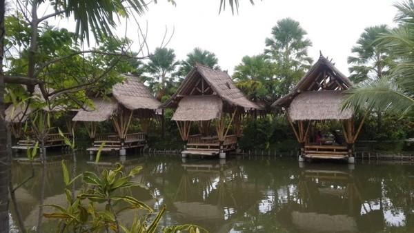 Dengan area yang bersih dan udara yang segar, membuat nyaman pengunjungnya