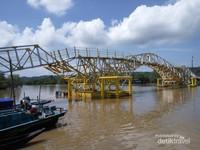 Jembatan apung menjadi ikon baru Kampung laut karena bentuknya yang anggun. Fungsi utamanya adalah menghubungkan antar wilayah yang didominasi perairan tersebut